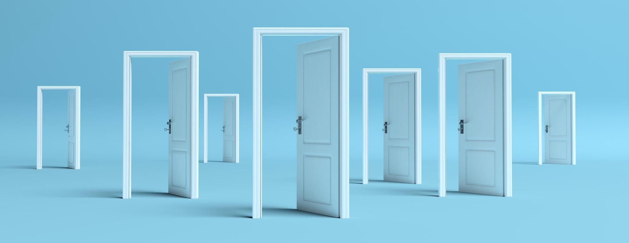 Puertas Aluminio Puertas blancas abiertas sobre fondo azul